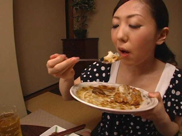 人妻のゲロを食べる1
